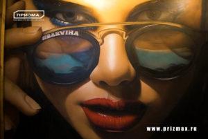 Нарисовать девушку на стену в солнечных очках, нарисовать девушку с выразительным взглядом в интерьере
